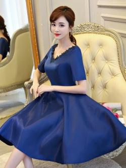 ชุดออกงานสุดหรู สีน้ำเงิน คอวี ผ้าไหมเนื้อดี เงาสวย แขนสั้น แต่งรอบคอเสื้อด้วยผ้าถักโครเชต์