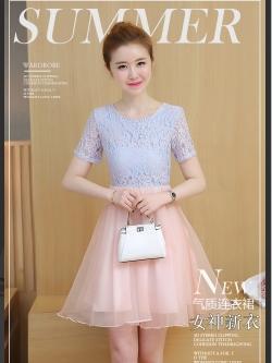 ชุดเดรสสวยๆ ตัวเสื้อผ้าลูกไม้ลายดอกไม้สีชมพู ซับในด้วยผ้าสีฟ้า คอกลม แขนสั้น