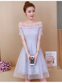 ชุดเดรสออกงาน ตัวชุดเป็นผ้าลูกไม้ลายดอกไม้สีชมพู ซับในด้วยผ้าสีฟ้า ไหล่ป้าน