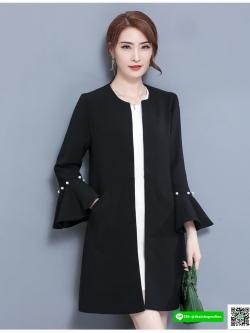 เสื้อสูทตัวยาว ผ้าโพลีเอสเตอร์ผสมเนื้อดีมากๆ แขนยาว สีดำ ปลายแขนเสื้อทรงระบาย และแต่งด้วยมุกสีขาว