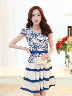 ชุดเดรสสวยๆ ตัวเสื้อผ้าโปร่งปักลายเส้น สีน้ำเงิน แขนสั้น