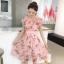 ชุดเดรสสั้นชีฟอง ผ้าเนื้อดีสีชมพู พิมพ์ลายดอกกุหลาบสีชมพู และแต่งด้วยผ้ารูปดอกไม้สีชมพู thumbnail 3