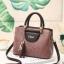 พร้อมส่ง ขายส่งกระเป๋าถือและสะพายข้างผู้หญิง แฟชั่นเกาหลี ห้อยจี้แมว รหัส Yi-0155 สีชมพู 2 ใบ thumbnail 1