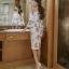 ชุดเดรสสั้น ผ้าโพลีเอสเตอร์ผสมพื้นสีขาว พิมพ์ลายดอกกุหลาบสีชมพูกะปิ thumbnail 4