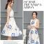 เดรสผ้าซาตินเนื้อนิ่ม เงาสวย แขนกุด พื้นสีขาว พิมพ์ลายดอกไม้โทนสีน้ำเงินและส้มเหมือนแบบ thumbnail 6