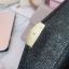 พร้อมส่ง รหัส T5114-001 สีดำ กระเป๋าสตางค์ยาวหนังลิ้นจี่เงาสวยแต่งอะไหล่พร้อมกล่องลายดอกไม้หรู thumbnail 7