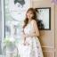 ชุดเดรสเกาหลี ผ้าซาตินเนื้อนิ่ม เงาสวย แขนกุด พื้นสีขาว พิมพ์ลายดอกไม้โทนสีขาว เดรสเข้ารูปช่วงเอว thumbnail 4