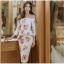 ชุดเดรสสั้น ผ้าโพลีเอสเตอร์ผสมพื้นสีขาว พิมพ์ลายดอกกุหลาบสีชมพูกะปิ thumbnail 2