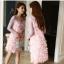 ชุดเดรสสั้น ผ้าชีฟองสีชมพู ดีไซน์เหมือนขนนกฟรุ้งฟริ้ง แขนเสื้อและไหล่เป็นผ้าทอกลิสเตอร์ในตัวสีชมพู thumbnail 6