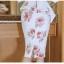 ชุดเดรสสั้น ผ้าโพลีเอสเตอร์ผสมพื้นสีขาว พิมพ์ลายดอกกุหลาบสีชมพูกะปิ thumbnail 13