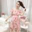 ชุดเดรสสั้นชีฟอง ผ้าเนื้อดีสีชมพู พิมพ์ลายดอกกุหลาบสีชมพู และแต่งด้วยผ้ารูปดอกไม้สีชมพู thumbnail 2