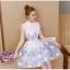 เดรสออกงาน ผ้าไหมแก้ว organza สีขาว คอจีน แขนสั้น ตัวชุดแต่งด้วยผ้าดีไซน์เป็นก้านดอกไม้สีฟ้า thumbnail 7