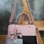 พร้อมส่ง กระเป๋าผู้หญิงถือเย็บสลับสี กระเป๋าผู้ใหญ่ถือออกงานแต่งโบว์ห้อย เย็บสลับสี รหัสYi-4217 สีชมพู 1 ใบ thumbnail 4