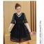 เดรสสีดำ ผ้าลูกไม้ลายเส้นตามแบบ คอเสื้อแต่งด้วยผ้าแยกชิ้นออกมา แต่งด้วยมุกสีขาว thumbnail 2