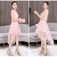 ชุดเดรสออกงาน ตัวชุดผ้าโปร่งเนื้อละเอียดสีชมพูโอรส แขนกุด ตัวผ้าเดินเส้นผ้าริบบิ้นสีเดียวกันโค้งหยักตามแบบ thumbnail 4