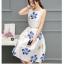 เดรสผ้าซาตินเนื้อนิ่ม เงาสวย แขนกุด พื้นสีขาว พิมพ์ลายดอกไม้โทนสีน้ำเงินและส้มเหมือนแบบ thumbnail 4