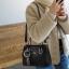 พร้อมส่ง กระเป๋าถือและสะพายข้างผู้หญิง แฟชั่นเกาหลี รหัส Yi-7103 สีดำ 1 ใบ*แถมจี้ป๋อม thumbnail 1