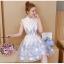 เดรสออกงาน ผ้าไหมแก้ว organza สีขาว คอจีน แขนสั้น ตัวชุดแต่งด้วยผ้าดีไซน์เป็นก้านดอกไม้สีฟ้า thumbnail 6