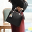 Pre-order ขายส่งกระเป๋าผู้หญิง แฟชั่นเกาหลี ถือและสะพายข้าง แถมจี้ตุ๊กตาผู้หญิง Yi-0903 สีดำ thumbnail 2