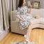 ชุดเดรสสั้น ผ้าโพลีเอสเตอร์ผสมพื้นสีขาว พิมพ์ลายดอกไม้โทนสีเทาตามแบบ thumbnail 8