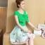 ชุดเดรสชีฟอง ทอลายเส้นในตัว สีเขียว เปิดไหล่ ปิดต้นแขน แต่งผ้าอีกหนึ่งชิ้น เหมือนเป็นโบว์ใหญ่ที่หน้าอก thumbnail 2