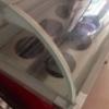 ตู้ แช่ไอศครีมถังแบบปั่นสดๆหลายรสชาด ที่มีกระจกปิดทับแบบนี้ ความยาวตู้1.2ม
