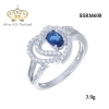 แหวนทองคำขาว ประดับเพชร CZ แหวนพลอยทรงรูปไข่สีน้ำเงินประกบกลางหัวใจฝังเพชรกลมขาว ฉลุบ่าฝังเพชรเรียงแถว เพิ่มความโดดเด่นให้กับเรียวนิ้ว เพิ่มให้ลุคของคุณดูสง่า