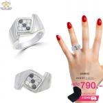 แหวนเงินผู้ชาย ประดับเพชรCZ แหวนตัวเรือนออกแบบเรียบๆดูเท่อย่างมีสไตล์ หน้าแหวนทรงสี่เหลี่ยมฉลุร่องสวยงาม หรูหรา สะดุดตาประทับใจแก่ผู้พบเห็น ใส่ได้ทุกวัน