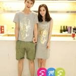 ชุดคู่ เสื้อคู่ เสื้อคู่รัก ชุดพรีเวดดิ้ง ชุดคู่รัก เสื้อคู่รักเกาหลี เสื้อผ้าแฟชั่น ผู้ชาย เป็นเสื้อคอกลม สีเทา สกรีนช่วงอก เท่ห์มากๆคะ ผู้หญิง เป็นเดรสแขนสั้น ทรงตรง สีเทา สรีนสีทองช่วงอก