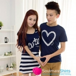 ชุดคู่รัก เสื้อคู่รักเกาหลี เสื้อผ้าแฟชั่น ชายเสื้อยืดคอกลมสีกรมท่า สกรีนลายหัวใจที่หน้าอก หญิง เดรสแขนกุดลายขาวกรมท่า มีเสื้อครอปตัวสั้นใส่ด้านนอก
