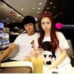 : ชุดคู่รัก เสื้อคู่รักเกาหลี ผู้ชายเสื้อยืดสีขาวสกรีนลายหน้าชาร์ลี แชปปริ้น + ผู้หญิงเสื้อยืดตัวใหญ่ ผ้านุ่มอย่างดี