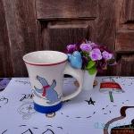แก้วมัคเซรามิคปากแตร รูปแมวน้ำสีฟ้า