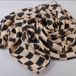 ผ้าพันคอชีฟองลายตารางสีดำเบจ