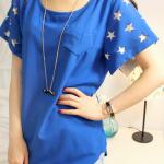 เสื้อยืดแฟชั่นเกาหลี แขนลายดาว มีสีน้ำเงิน และสีขาว ตัดกันที่แขนเสื้อไม่เหมือนใครทรงสามเหลี่ยม ตัดปลายแขนให้พริ้ว รูปดาวที่ตัดกับสีเสื้อ