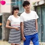 ชุดคู่รักเกาหลี เดรสคู่รัก ผู้ชายเสื้อคอกลมลายขาวดำ ผู้หญิง เดรสแขนสั้น สีขาว ต่อช่วงอกด้วยประโปรงลายขวาง สีขาวดำ