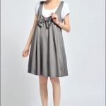 ชุดเดรสคลุมท้อง สีเทา ลักษณะเหมือนชุดเอี๊ยมกระโปรงคนท้องคะ สีเทา มีเสื้อนอกสีขาวคะ ชุดติดกัน