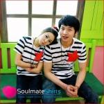เสื้อคู่รัก ชุดคู่รัก เสื้อคู่  เสื้อยืดคู่รักผ้าฝ้าย สีขาว ลายขวาง ดาวสีแดงที่หน้าอก