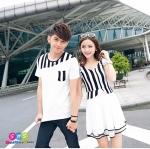เสื้อคู่ เสื้อคู่รัก ชุดพรีเวดดิ้ง ชุดคู่รัก เสื้อคู่รักเกาหลี เสื้อผ้าแฟชั่น ผู้ชาย เสื้อยืดคอกลม สีขาว แต่งคอเสื้อ และกระเป๋าเสื้อลายขาวดำ + ผู้หญิง เป็นเดรสแขนระบาย ตัวเสื้อลายตรงสีขาวดำ ตัดกับกระโปรงระบาย 2 ชั้น สีขาว เข้ารูป สวย หวาน เหมาะสำหรับถ่าย