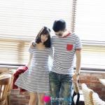 ชุดคู่รักเกาหลี  เสื้อยืดคู่รัก เดรสคู่รัก ผู้ชายเสื้อยืดลายขวาง ขาวดำ กระเป๋า และปลายแขนเสื้อมีดีเทล ขลิบแดง ผู้หญิง เดรสคอวี พอดีตัว ลายขวาง