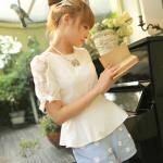 เสื้อแฟชั่นเกาหลี แขนสามส่วน ผ้าลูกไม้ซีทรู ช่วงไหล่-แขน เนื้อผ้าตัวเสื้อเป็นชีฟองมัน ประดับลูกเล่นด้วยระบายช่วงสะโพกเล็ก มีซิปรูดสวมใส่ด้านหลัง