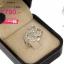 แหวนเงิน ประดับเพชร CZ แหวนลายเส้นดัดเป็นรูปหัวใจผูกกัน 3 ดวง ฝังเพชรกลมขาว ก้านแหวนเรียว งานสวยเรียบหรู ใส่แล้วสวยจบในวงเดียว รับประกันไม่มีผิดหวัง thumbnail 2