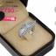แหวนเงิน ประดับเพชร CZ แหวนทรงแถวฝังเพชรสี่เหลี่ยม หน้าแหวนเพิ่มลูกเล่นด้วยลายเส้นดัดเป็นรูปใบไม้ 2 ใบฝังเพชรกลมขาว สวย เก๋ และมีสไตล์ ดูสวยงามมีดีเทลมากยิ่งขึ้น thumbnail 2